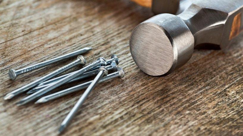 Как забить гвоздь и не испортить поверхность деревянной детали