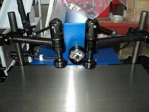 Сверлильно-пазовальный станок LBM 200, на столе установлено 2 эксцентриковых прижима