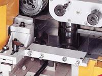 Регулируемый прижимной роликовый блок «тандем» для подачи коротких заготовок (опция).