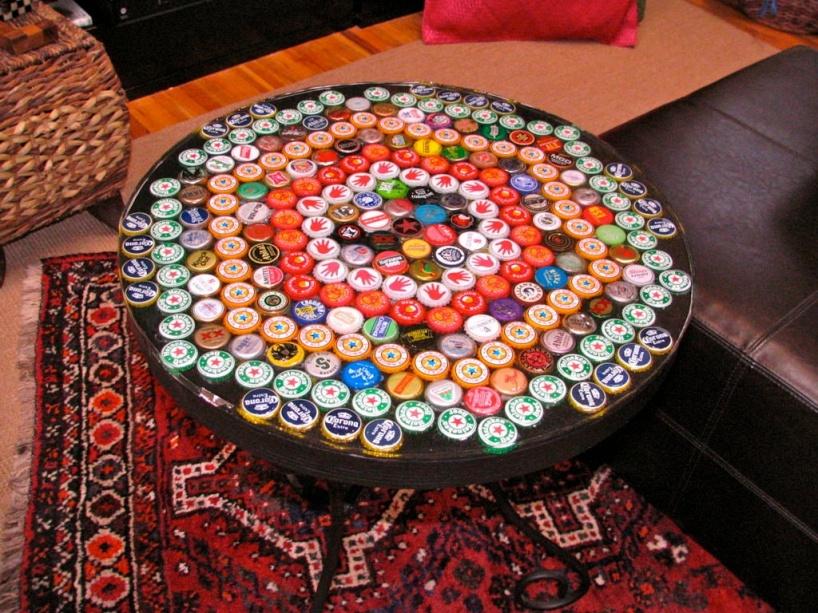 Крутой стол из пивных крышек