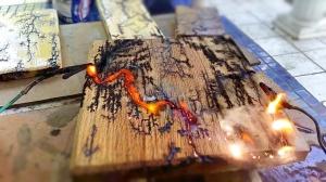 Дерево и молнии: Как вам такой метод декорирования древесины?