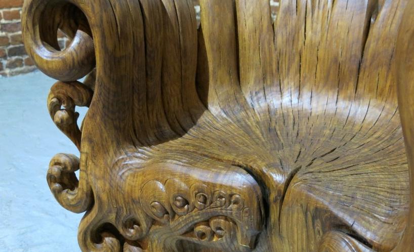 Невероятное кресло вырезанное из дубового пня