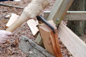 Для чего японские плотники раскалывают эти дощечки?