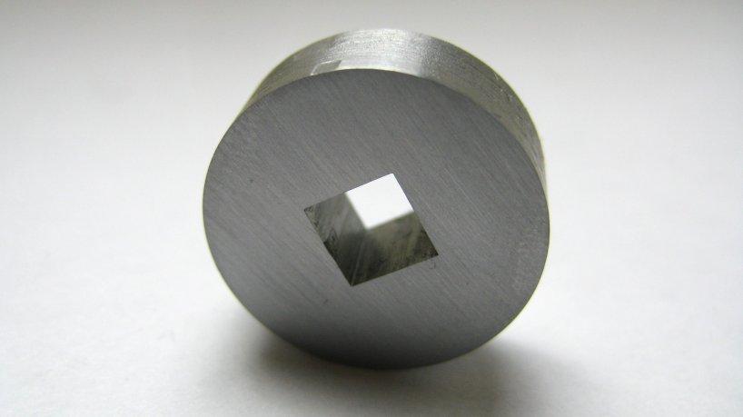 Как «просверлить» квадратное отверстие в металле