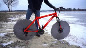 Велосипед с дисковыми пилами вместо колес — заезд на льду
