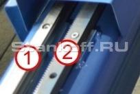 Движущиеся элементы рабочего стола перемещаются посредством рельсовых направляющих, их передвигает рейка с шестеренкой. Закрепление рельсовых частей и рейки произведено на раме устройства. 1. Рельсовые направляющие линейного типа. 2. Рейка с зубцами