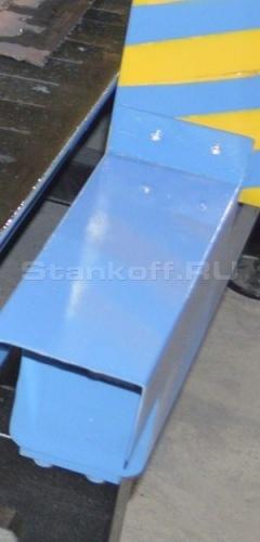 Для безопасности рельсов и рейки от капель плавящегося металла и попадания искр боковые части защищены специальными щитками.