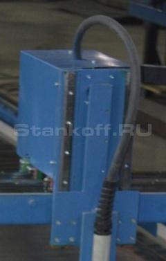 Устройство приводится в действие посредством 4 шаговых моторов, изготовленных в Тайване. Оси Z, X оснащены каждая своим двигателем, которые закрыты суппортным кожухом, на оси Y установлена пара моторов с синхронизацией, которые расположены в боковых частя