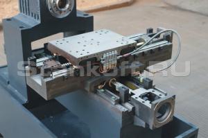 Сверхпрочная чугунная станина (Китай)– цельнолитая, блочного типа. 500 мм – ширина базы направляющих.