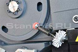 Щеточная система очистки ленточного полотна от стружки для очистки ленточнопильного полотна.