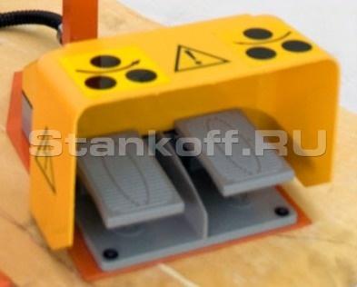Стойка управления с двумя ножными педалями для вращения приводных роликов в обе стороны
