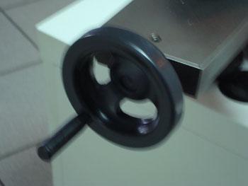 Маховик для регулировки диаметра пилы
