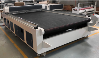 Лазерно-гравировальный станок с ЧПУ с конвейерным столом и автоподачей материала для резки ткани LM 1815 F