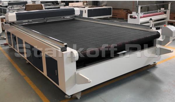 Лазерно-гравировальный станок с ЧПУ с конвейерным столом и автоподачей материала для резки ткани LM 1825 F